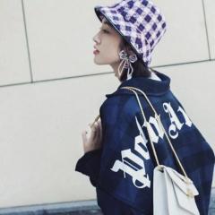 唐艺昕街拍show 宝格丽大王联名款双蛇头包