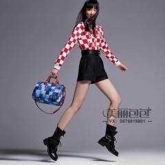 lv 2020 春夏造型 模特手提蓝色棋盘格 speedy枕头包