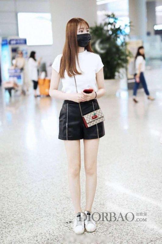 沈梦辰穿开叉短裙机场秀美腿 背可爱樱桃Gucci链条包