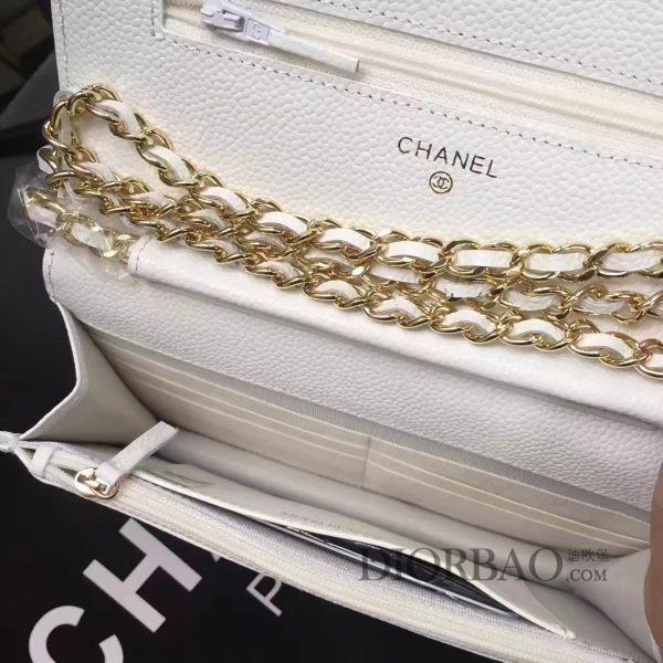 香奈儿发财包,白色鱼子酱牛皮 菱格纹,包包里面功能性设计,丰富卡槽与拉链层。