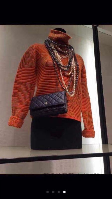 专柜展示的香奈儿发财包模特搭配,球鱼子酱牛皮,优雅的菱格纹缝线woc chanel链条包