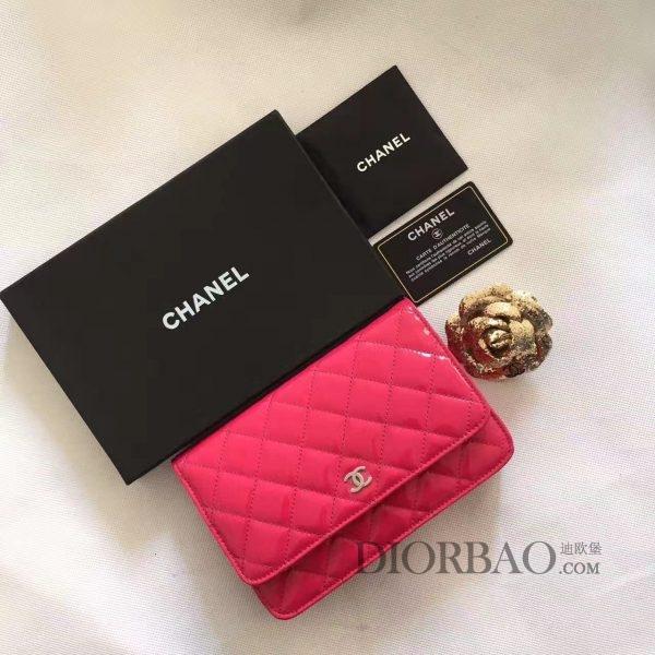 夏季最美搭配的香奈儿发财包,款式大全,甜美女生味道的糖果玫粉色水晶漆皮,闪闪发亮十分迷人,菱格纹缝线图案,优雅的woc chanel链条包。