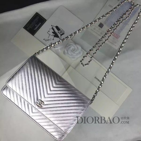 夏季最美搭配的香奈儿发财包,款式大全,很摩登银色羊皮,时尚V斜纹锋线图案,优雅的woc chanel链条包。