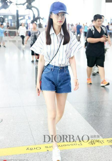 李沁机场私服 夏季穿衣显少女心 一双美腿十分撩人