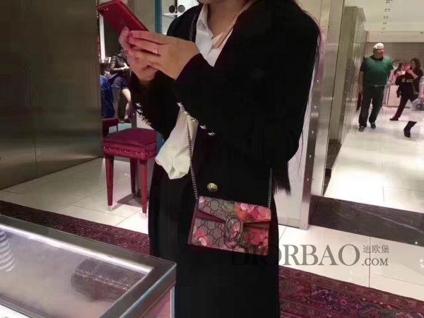 看时尚达人怎么搭配的,烂漫风格的天竺葵印花Mini Gucci酒神包。