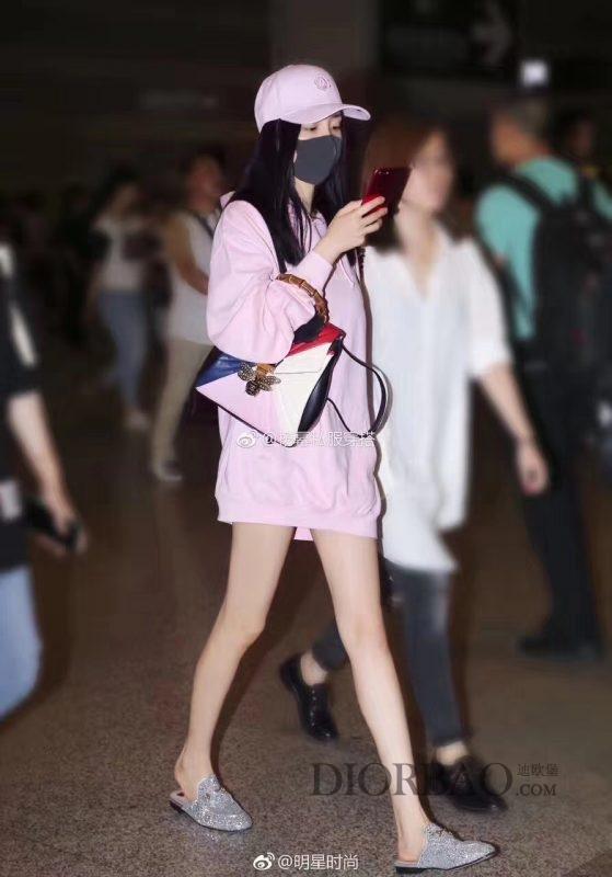 全民闺女关晓彤街拍,一身嫩粉色穿搭,背gucci玛格丽特皇后系列双肩包