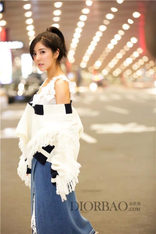 赵奕欢前往米兰时装周看秀 ,穿衣造型时髦浮夸