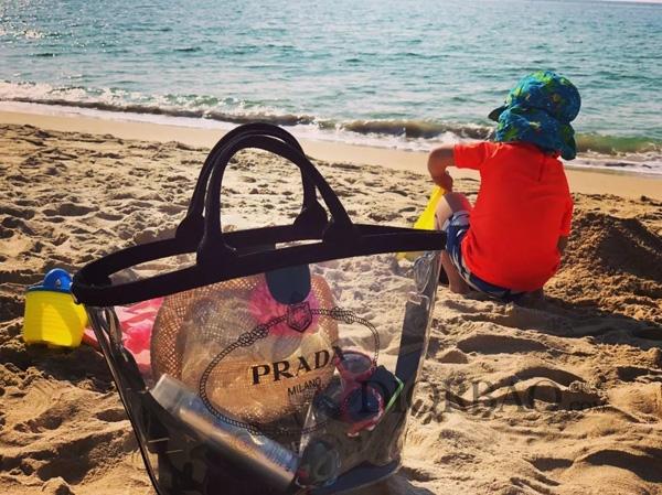透明的Prada沙滩包,时尚清凉,很适全夏天搭配